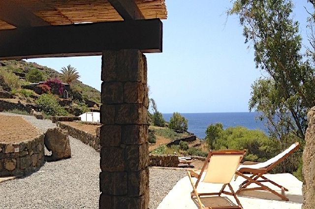 Houses for rent in Pantelleria - Dammuso Eucalipto